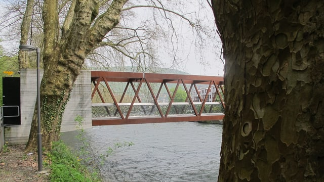 Brücke mit kleinem Betonbau am Brückenkopf (dort ist die Mess-Station integriert)