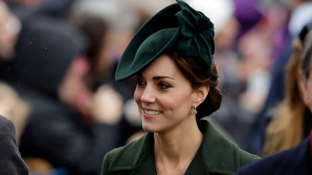 Kate mit grünem Hut und grünem Mantel. Man sieht nur ihren Kopf