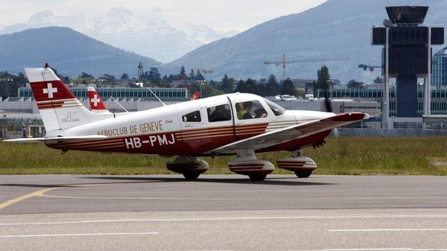 Eine Piper PA-28 auf einem Flugfeld.