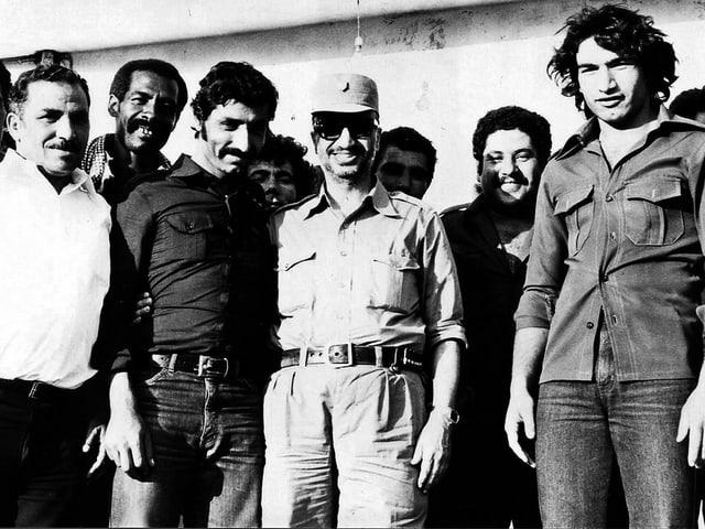 Arafat mit weiteren militärischen Figuren der PLO in Libanon