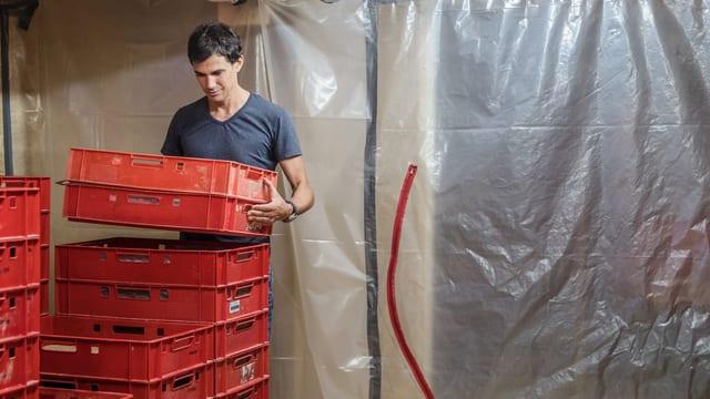 Benjamin Steiner kontrolliert eine Box