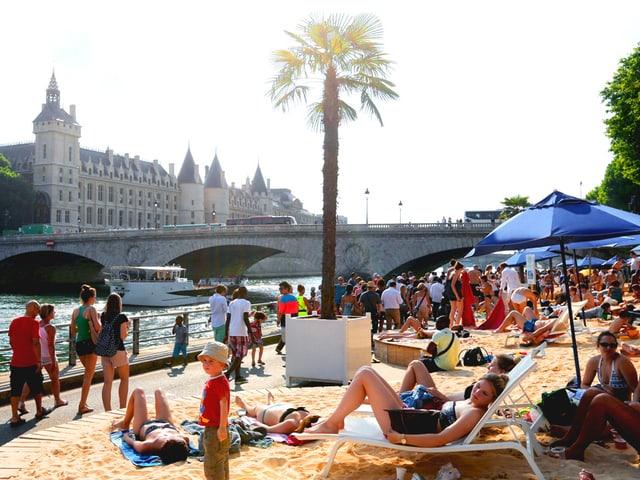 Künstlicher Strand am Seine-Ufer.