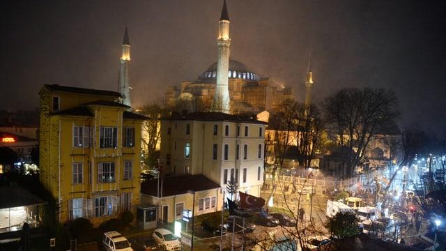 Hagia Sofia bei Nacht, fotografiert von einer Quartierstrasse aus.