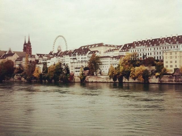 Der wunderbare Basler Rhein zur Herbstzeit. Versunken im Nebelmeer.
