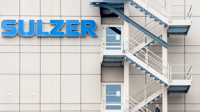 """Schriftzug """"Sulzer"""" am Firmengebäude in Winterthur, rechts im Bild eine Nottreppe an der Fassade."""