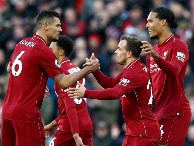 Die Liverpool-Verteidiger Dejan Lovren und Virgi van Dijk gratulieren Xherdan Shaqiri zu seinem ersten Pflichtspieltor für Liverpool.