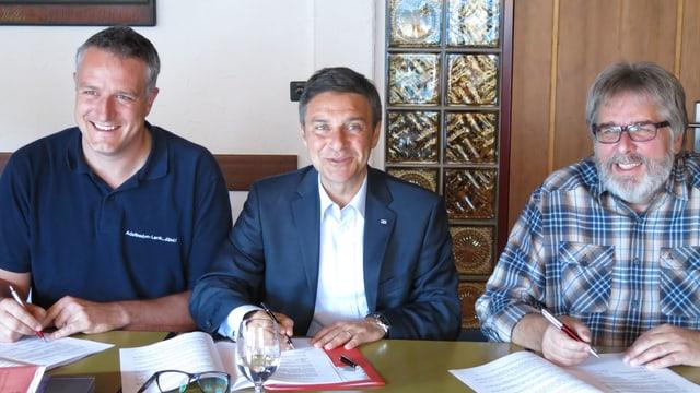 Drei Verantwortliche unterzeichnen den GAV für Bergbahnen.