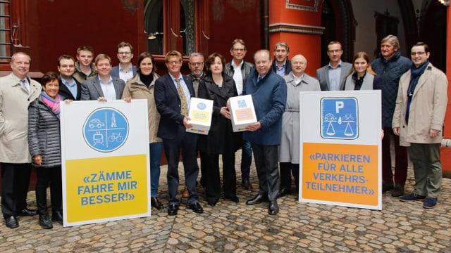 Ein gutes Dutzend Leute, die im Innenhof des Basler Rathauses zusammenstehen.