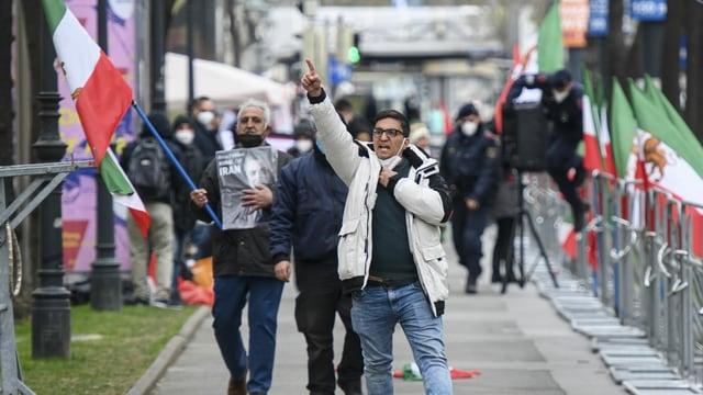Demonstranten einer iranischen Oppositionsgruppe versammelten sich während der Verhandlungssitzungen in Wien, um gegen die persische Delegation zu protestieren.