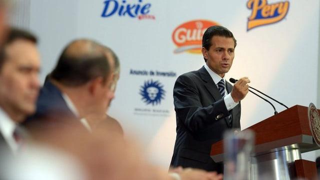 Enrique Pena Nieto al pult cun microfons