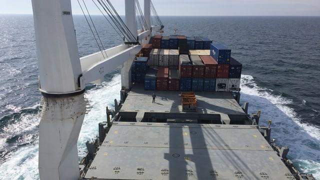 Blick auf Ladefläche eines Frachtschiffes.