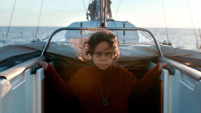 Ein Mädchen steht in der Mitte des Boots.