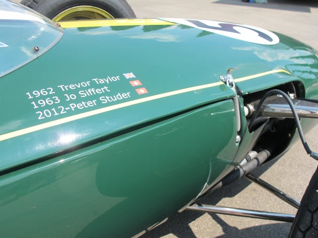 Vorne auf dem grünen Lotus 24 stehen drei Namen, in der Mitte Jo Siffert.