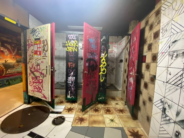 Blick ins versprayte WC.