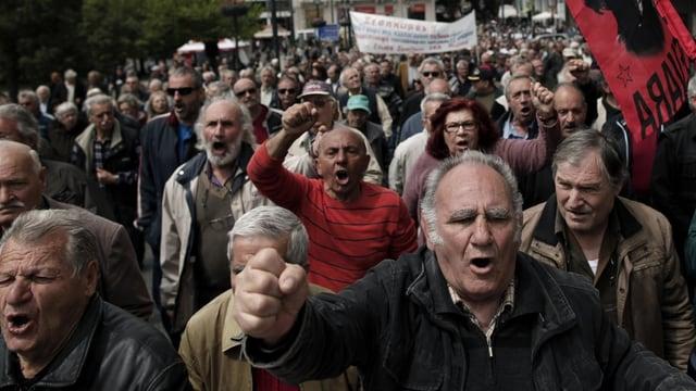 Rentner protestieren auf der Strasse.