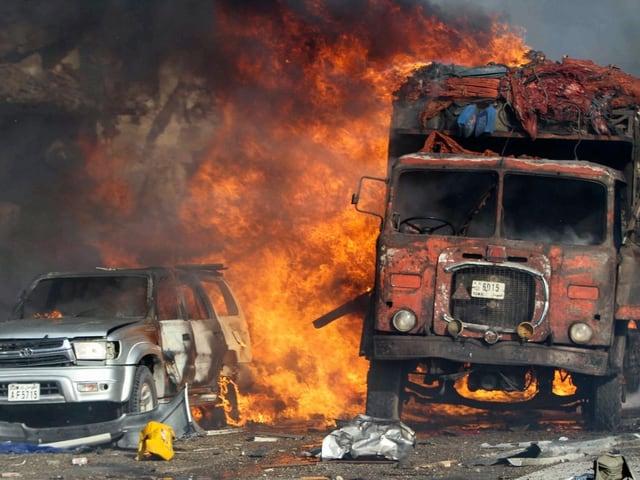 Lastwagen brennt.
