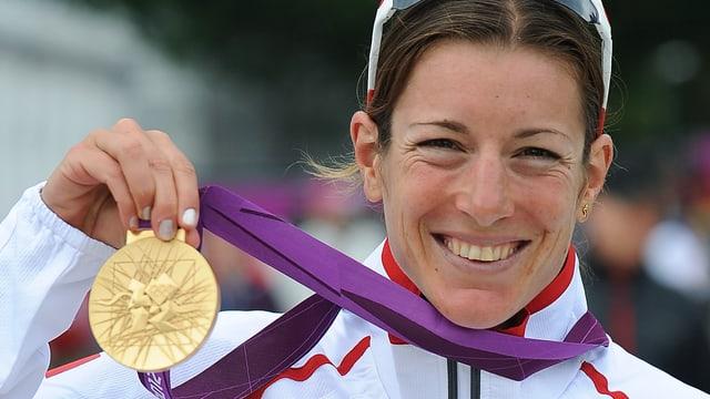 Nicola Spirig posiert in London mit der Goldmedaille.