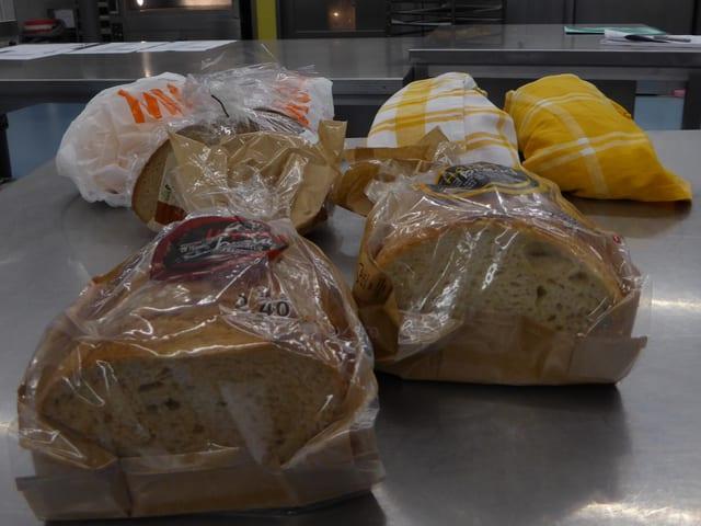 Brote auf einem Labortisch.