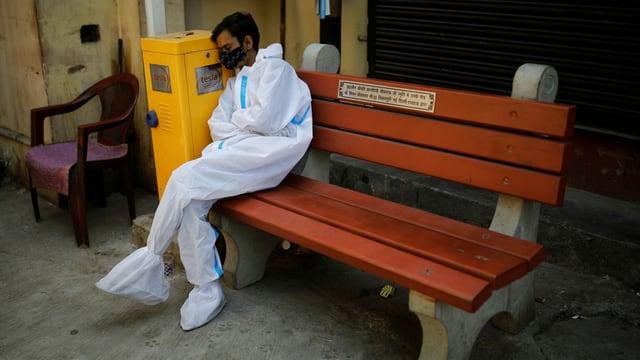 Müder Mitarbeiter des Gesundheitswesens in Delhi