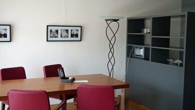 Wohnung mit Tisch