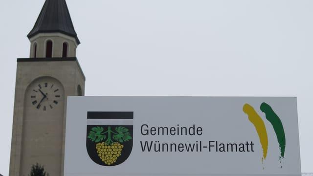 Schild der Gemeindeverwaltung vor der Kirche.