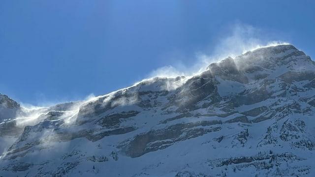 Aufstiebender Schnee auf den Urner Bergen.