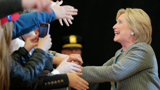 Hillary Clinton schüttelt Hände.