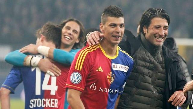 Valentin Stocker, Yan Sommer, Aleksander Dragovic und Murat Yakin jubeln nach einem Sieg.