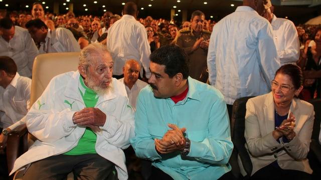 Fidel Castro und Nicolas Maduro unterhalten sich bei einem Fest.