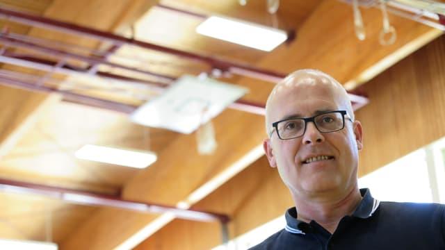 Emmanuel Hofstetter, hinter ihm Lampen an der Decke