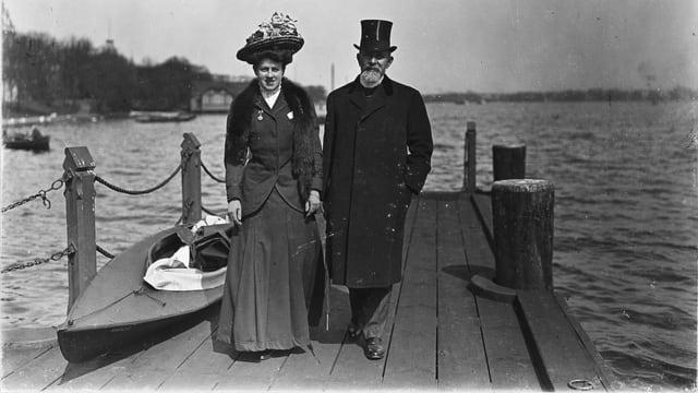 Schwarzweissbild: Ein Mann und eine Frau stehen auf einem Bootssteg.