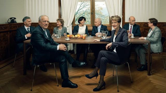 Der Gesamtbundesrat und die Bundeskanzlerin sitzen an einem Tisch.