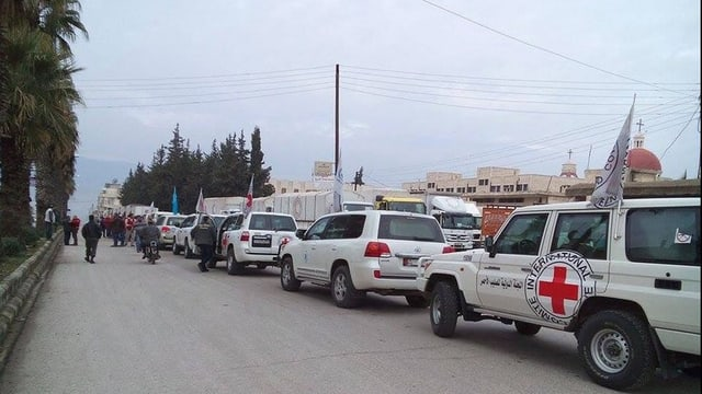 Il convoi da la Crusch Cotschna sa prepara per entrar a Madaja en Siria.