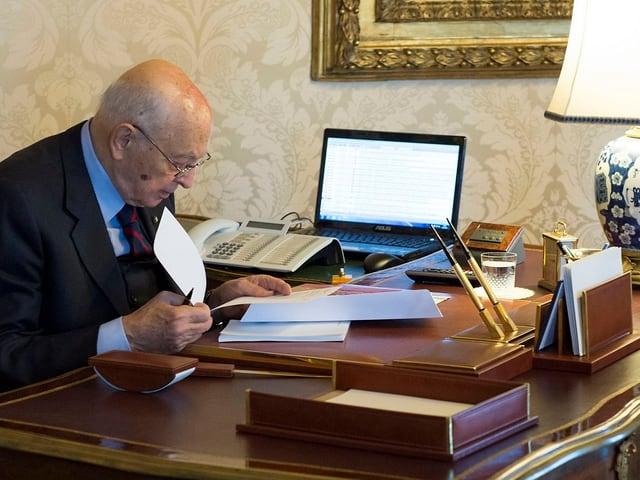 Giorgio Napolitano an seinem Schreibtisch.