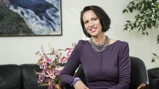 Christine Schraner Burgener trägt halblanges, braunes Haar und posiert hier 2015 als Botschafterin in Berlin