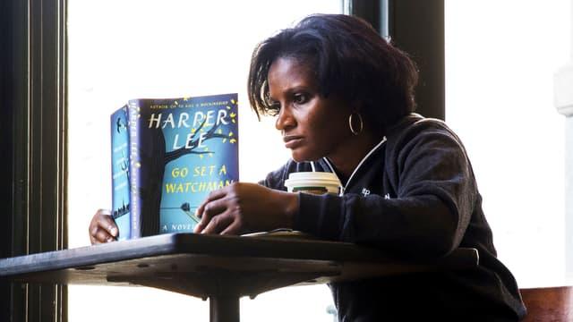 Eine schwarze Frau liest «Go set a watchman».