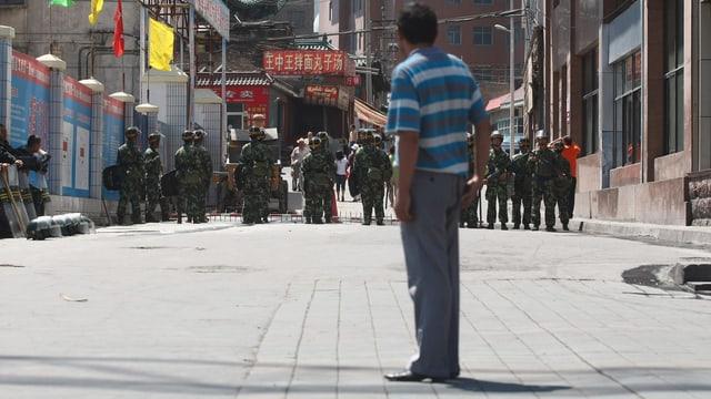 Nach Unruhen in Xinjiang patroullierten Sicherheitskräfte die Strassen.
