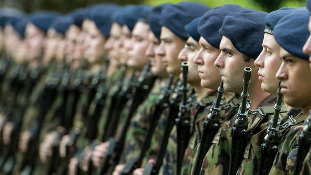 Soldaten stehen in einer Reihe stramm