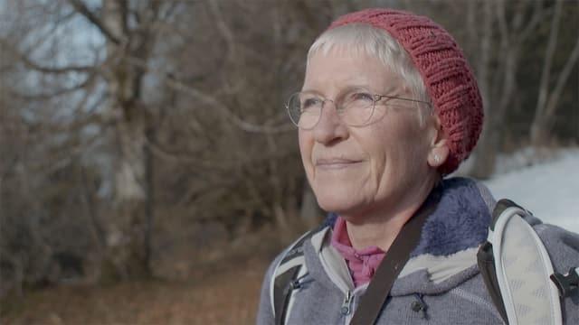 Frau mit Brille und roter Mütze