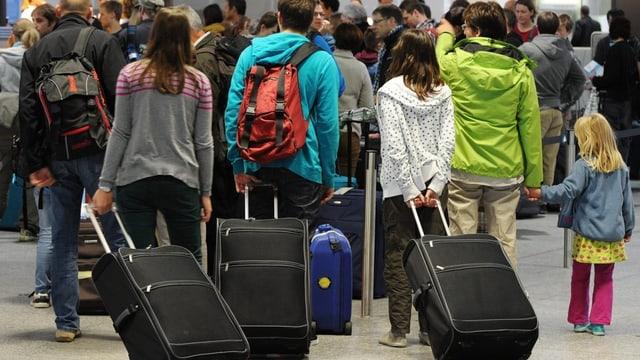 Eine Familie mit Kinde und Kegel auf dem Flughafen.
