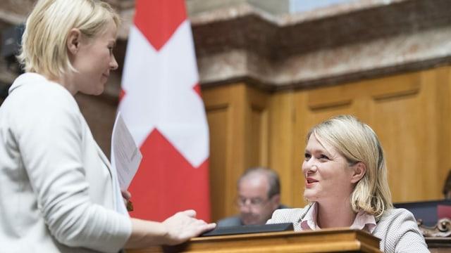 zwei Frauen reden miteinander im Nationalratssaal