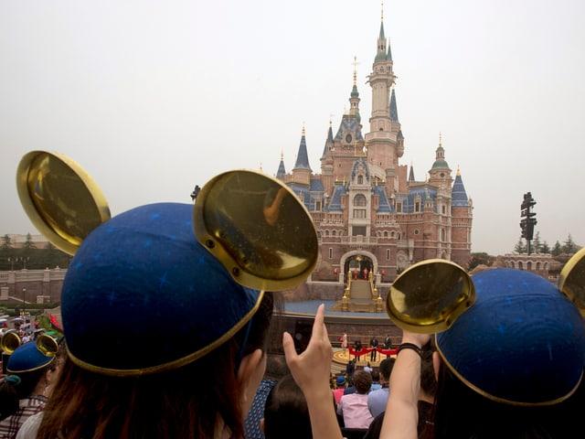 Besucher vor Märchenschloss im Disneyland in Shanghai