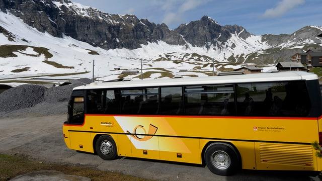 Ein Postauto wartet auf die Abfahrt auf der Melchsee-Frutt im Kanton Obwalden. (keystone)