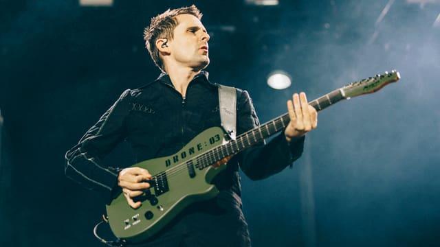 Mathew Bellamy von Muse spielt am Gurten.