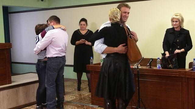 Nawalny umarmt nach Urteil Ehefrau Yulia. Im Hintergrund sein Geschäftspartner Pyotr Ofitserow.