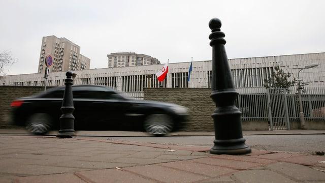 Auto fährt an polnischr Botschaft in Moskau vorbei.