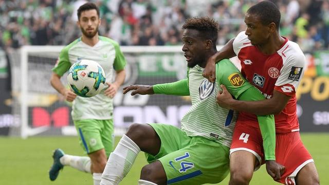 Ein Zweikampf zwischen einem Wolfsburg- und Mainz-Spieler.
