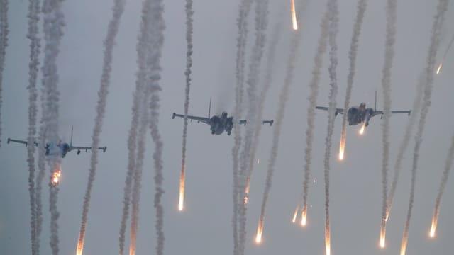 Kampfflugzeuge haben Tarngeschosse abgeschossen.