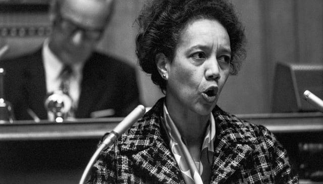 Eine schwarze Parlamentarierin hält eine Rede.