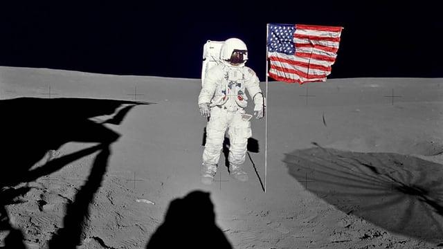 Edgar Mitchell im Raumanzug auf dem Mond neben einer US-Flagge